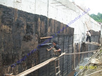 pemasangan waterproofing retaining wall dengan membrane bakar